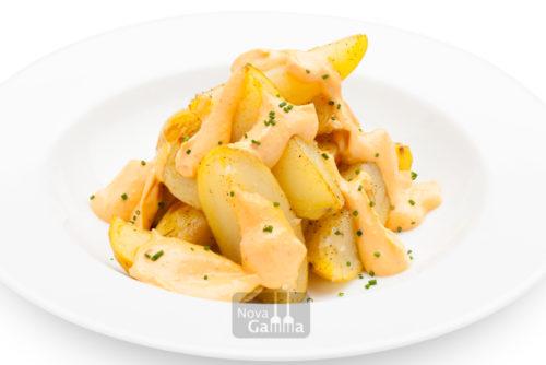 Unas deliciosas Comprar Patatas estilo Bravas 300 gr, reinventando un plato que nunca puede faltar si estas preparando un menú de picoteoo y gourmet.
