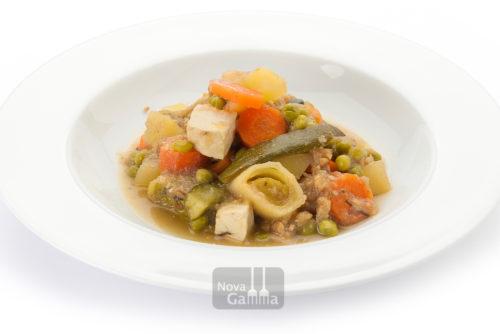 Temporada de Verduras con Tofu y Almendras, plato vegano verduras variadas,con tofu ahumado y algas y marinadas con una crema de almendras y cebolla dulce.