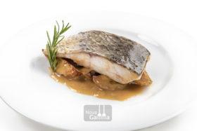 La Comprar Corvina a la Donostiarra se caracteriza especialmente por el sabor de su carne y una tersa textura acompañada de una salsa donostiarra excelente.